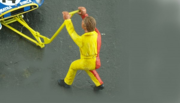 Modellfigur 1:32 LE MANS MINIATURES Mechaniker Damien m.Wagenheber High Detail Resin Collectors Edition